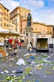 ROM, ITALIEN - 21. MÄRZ 2015: Piazza Campo de Fiori und Giordano Bruno-Statue herein am 21. März 2015 in Rom Italien Der Abfall m Stockbild