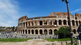 rom Italien 21. Mai 2019 Kolosseum von Rom - alter Amphitheatre in der Mitte der Stadt von Rom gegen einen blauen Himmel stock footage