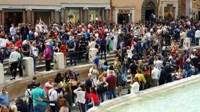 rom Italien 21. Mai 2019 viele Touristen nahe dem Brunnen Trevi-Brunnen, dem berühmten barocken Brunnen und stock video footage