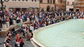 rom Italien 21. Mai 2019 viele Touristen nahe dem Brunnen Trevi-Brunnen, dem berühmten barocken Brunnen und stock footage