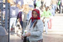 Rom, Italien, am 9. Oktober 2011: Ältere Frau, die um Almosen am Eingang zu einer katholischen Kirche bittet stockfotografie