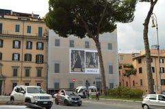 Rom, Italien 7. Oktober 2018, moderne Werbung auf dem Altbau auf Straße über Di Marcello Del Teatro stockfotografie