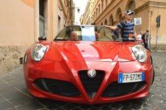 Rom, Italien am 7. Oktober 2018 stilvoller Alfa Romeo-Supercar, der auf der Straße, der Junge geparkt wird, steht nahe bei und tr lizenzfreies stockbild