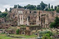 Rom, Italien - Oktober 2015: Touristen gehen und machen Fotos im Foto auf dem Ausflug der alten Ruinen vom alten Kaiser Lizenzfreie Stockfotos