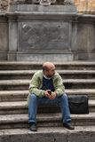 Rom, Italien, am 10. Oktober 2011: Touristen sitzen auf den Schritten eines katholischen Tempels stockfotos