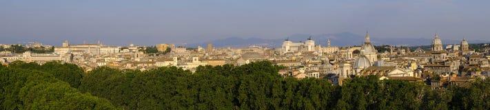 Rom, Italien - Panoramablick des Rom-Stadtzentrums entlang dem Tiber Lizenzfreie Stockfotos