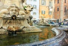 Rom, Italien - Platz mit Brunnengesicht zum Pantheon Lizenzfreie Stockfotos