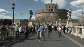ROM, ITALIEN SEPTEMBER, 6, 2016: breite Transportwagenart Schuss, der eine Brücke am castel sant 'Angelo in Rom kreuzt stock video footage