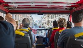 ROM, Italien, am 8. September 2016 Eine Gruppe Touristen erhalten mit Rom auf Reisebus bekannt lizenzfreies stockfoto