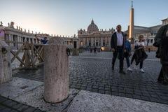 11/09/2018 - Rom, Italien: Touristen, die in Marktplatz San Pietro gehen lizenzfreies stockbild