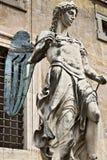 rom Marmorengelsskulptur gelegt in Castel Sant ?Angelo Die wei?e Marmorskulptur wird in einen Hof des Schlosses gelegt stockfotos