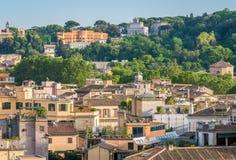 Rom-Skyline, wie von Castel Sant-` Angelo mit dem Acqua Paola Fountain und der Gianicolo-Hügel im Hintergrund gesehen Stockfotografie