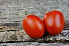 Rom-Tomaten auf rustikaler Tabelle Lizenzfreie Stockfotografie