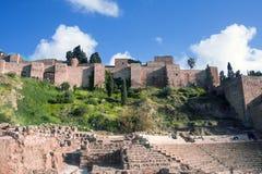 Romański teatr na tle Alcazaba Ludzie relaksują na kamiennych ławkach dla widzów na ciepłym słonecznym dniu fotografia stock