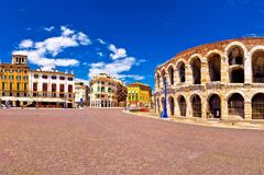 Romańscy amphitheatre areny di Verona i piazza stanik obciosują panorama obraz royalty free