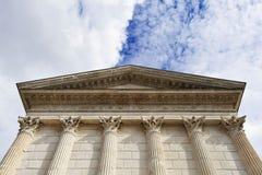 Romańska świątynna fasada z kolumnami i frontonem Zdjęcia Royalty Free