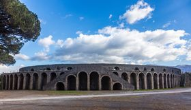 Romańska gladiatorska arena w mieście Pompeii lokalizował przy stopą Vesuvius obrazy royalty free