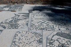 Romańska mozaika z małymi czarny i biały kamieniami tafluje representin Zdjęcie Stock