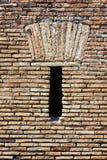 Romański ściana z cegieł z rozchyleniem Zdjęcia Stock