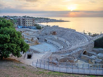 Romański amfiteatr i morze śródziemnomorskie przy zmierzchem w Tarragona Zdjęcia Stock