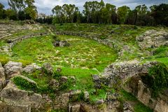 Romański amphitheatre Syracuse, ruiny w Archeological parku, Sicily zdjęcie stock