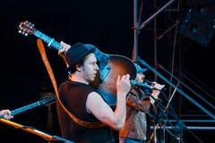 Romański Iagupov, piosenkarz Moldovian ludowa rockowa grupa Zdob si Zdub, sztuki gitara przy żywym koncertem w Nemyriv, Ukraina,  Obrazy Royalty Free