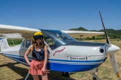 ROMA, ИТАЛИЯ - ИЮЛЬ 2017: Красивый пилот маленькой девочки около отголоска Tecnam P92-S легкого воздушного судна Стоковые Изображения