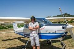 ROMA, ИТАЛИЯ - ИЮЛЬ 2017: Отважный пилот молодого человека на отголоске Tecnam P92-S легкого воздушного судна Стоковое Фото