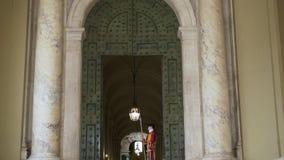 ROMA ABRIL DE 2018: Guardia suizo fijado en St Peters Basilica, Ciudad del Vaticano El guardia suizo del nombre se refiere genera almacen de metraje de vídeo