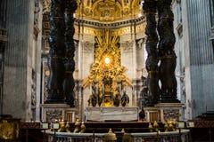 Roma, Cidade Estado do Vaticano, a basílica de St Peter, dentro do altar do th imagens de stock
