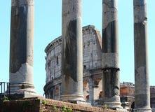 Roma, Colosseum através dos sacros Imagens de Stock