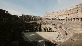 ROMA, COLOSSEUM-29 01 2017 pare el movimiento dentro de Colosseum en Roma, Italia Gente que viene ver las ruinas, monumento histó almacen de video