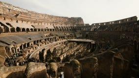 ROMA, COLOSSEUM-29 01 2017 pare o movimento disparado dentro de Colosseum, Itália Turistas que vêm ver ruínas, monumento históric video estoque