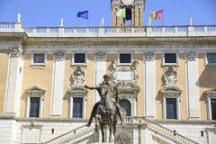 Roma, cuadrado de Campidoglio, escultura ecuestre de Marcus Aureliu fotografía de archivo