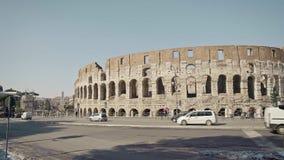 ROMA - 20 DE FEBRERO: Coches y gente cerca de Roman Colosseum Flavian Amphitheatre almacen de metraje de vídeo