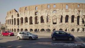 ROMA - 20 DE FEBRERO: Colosseum Flavian Amphitheatre, señales de tráfico, coches y gente almacen de video