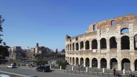 ROMA - 20 DE FEBRERO: Ruinas de Roman Colosseum Vehículos y gente metrajes
