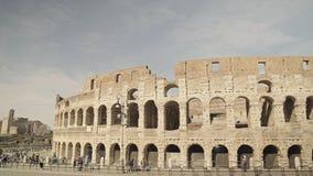 ROMA - 20 DE FEBRERO: Ruinas de Roman Colosseum Vehículos y gente, tiro de la cacerola metrajes
