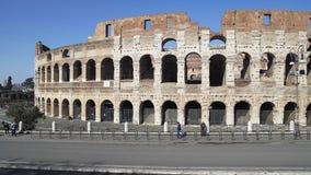 Roma - 20 de febrero: Vehículos y gente cerca de las ruinas de Roman Colosseum almacen de metraje de vídeo