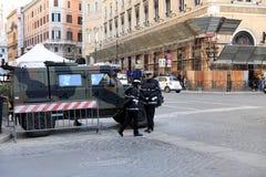 ROMA - 3 DE JANEIRO: A polícia de Roma controla a rua em Roma o 3 de janeiro de 2019 Itália Roma é um do a maioria povoado fotografia de stock