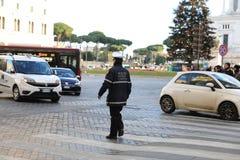 ROMA - 3 DE JANEIRO: A polícia de Roma controla a rua em Roma o 3 de janeiro de 2019 Itália Roma é um do a maioria povoado foto de stock