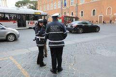ROMA - 3 DE JANEIRO: A polícia de Roma controla a rua em Roma o 3 de janeiro de 2019 Itália Roma é um do a maioria povoado imagem de stock