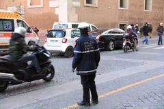 ROMA - 3 DE JANEIRO: A polícia de Roma controla a rua em Roma o 3 de janeiro de 2019 Itália Roma é um do a maioria povoado fotos de stock royalty free