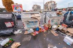 ROMA - 20 DE MAYO DE 2014: Cubos de la basura sucios en cercanías de la ciudad roma Foto de archivo libre de regalías