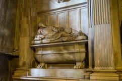 ROMA - 26 DE SETEMBRO DE 2017: Escultura dentro dos di Santa Maria da basílica em Trastevere, Roma Foto de Stock