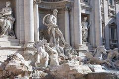 ROMA - EM MAIO DE 2009: Fachada da fonte barroco a maior da fonte do Trevi na cidade e em esse do mais famoso no mundo. O Trevi Foto de Stock Royalty Free