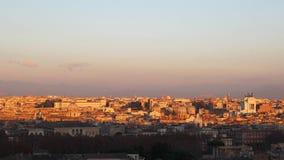 Roma en la puesta del sol con multitudes de pájaros almacen de metraje de vídeo