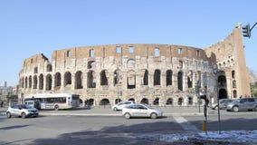 ROMA - 20 FEBBRAIO: Automobili e turisti vicino a Roman Colosseum, inverno stock footage