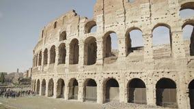 ROMA - 20 FEBBRAIO: Crouds dei turisti vicino a Colosseum, il 20 febbraio 2018 stock footage