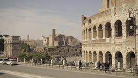 ROMA - 20 FEBBRAIO: Turisti vicino a Colosseum un giorno di inverno archivi video